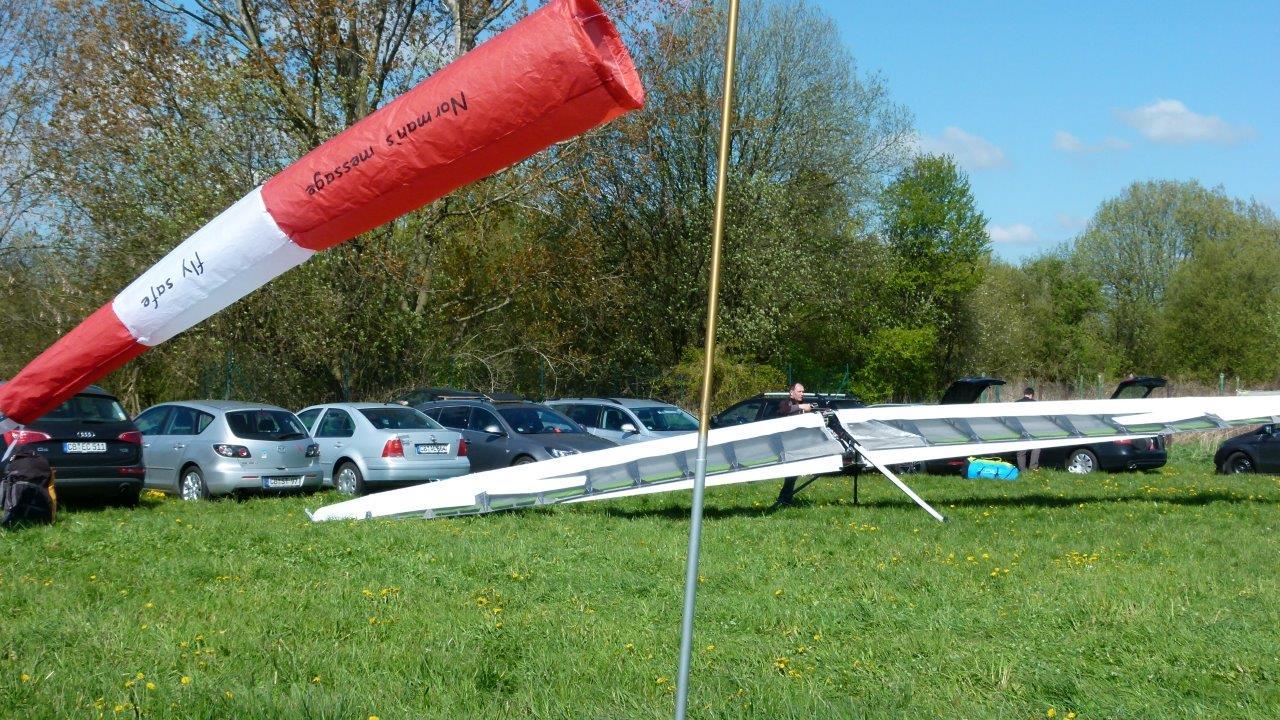 Startvorbereitung eines Drachenfliegers am Flugplatz Görlitz.