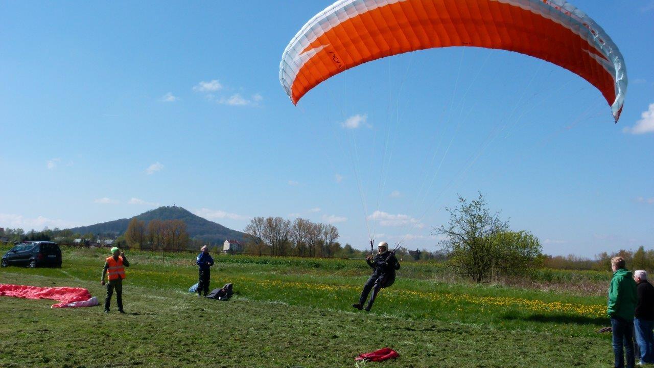 Gleitschirm-Start an der Seilwinde auf dem Flugplatz Görlitz.