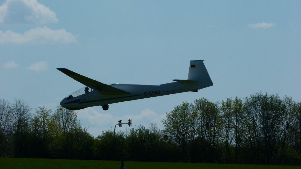 Segelflugzeug im Endanflug auf den Flugplatz Görlitz.