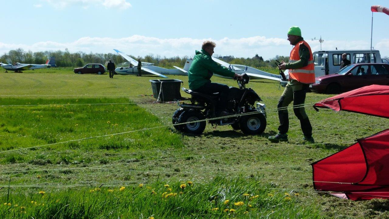 Seilrückholfahrzeug für den Windenschlepp auf dem Flugplatz Görlitz bei der Arbeit.
