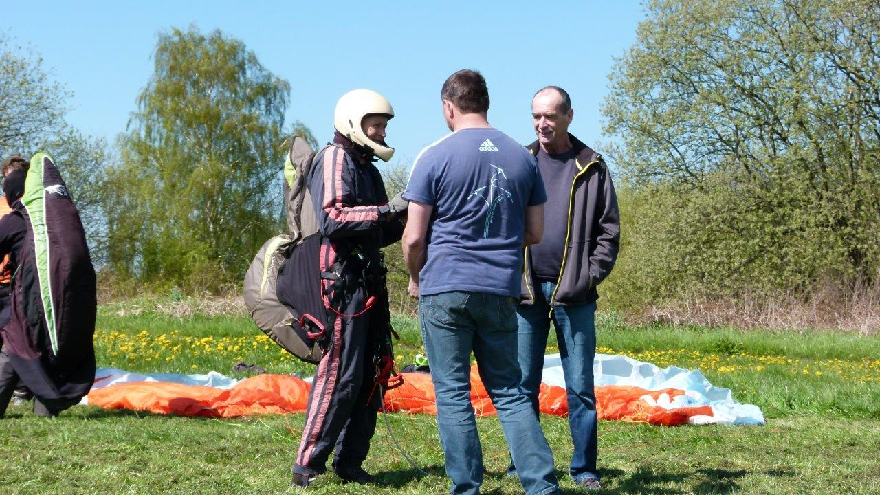 Startvorbereitungen der Gleitschirmflieger für den Windenschlepp auf dem Flugplatz Görlitz.