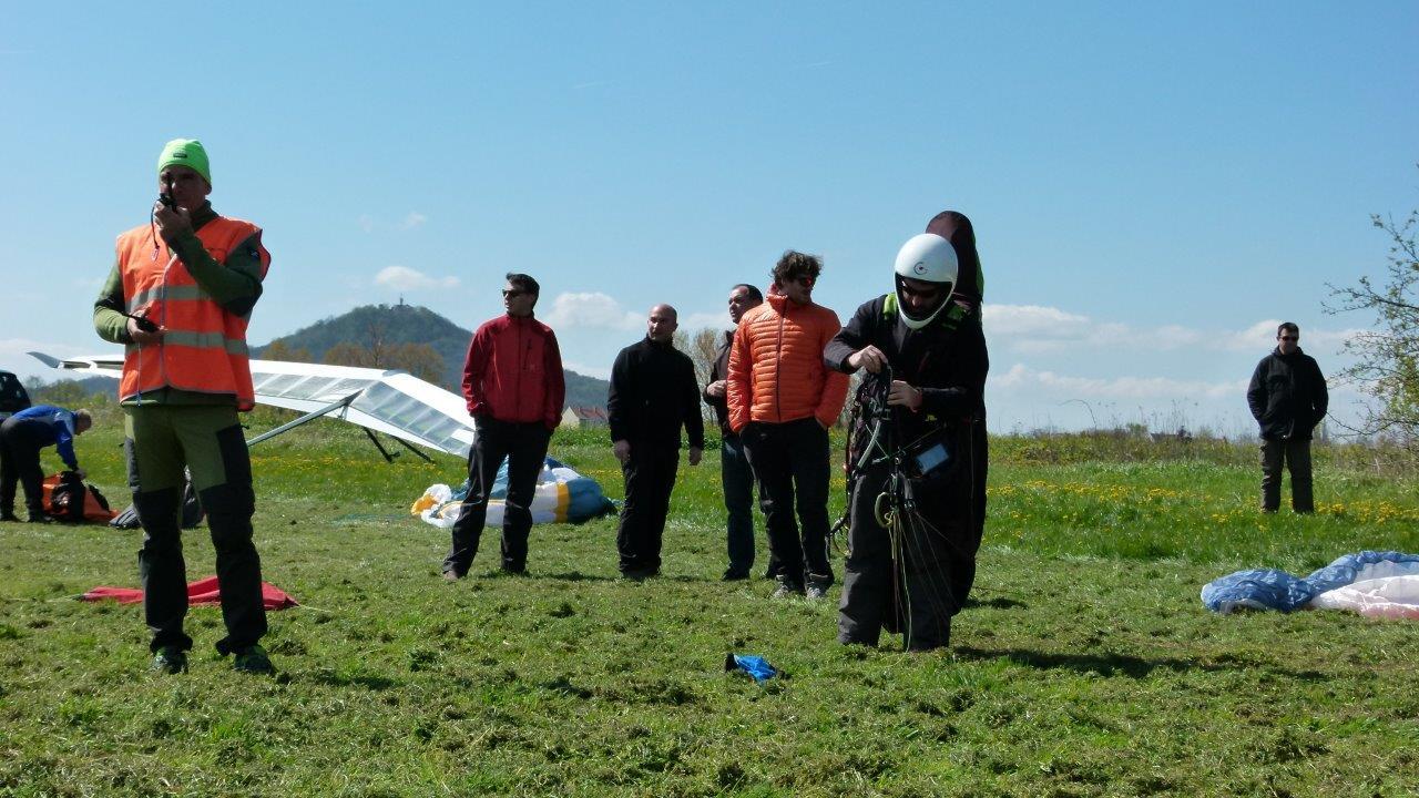 Paraglider während der Vorbereitung auf den Windenschlepp auf dem Flugplatz Görlitz.