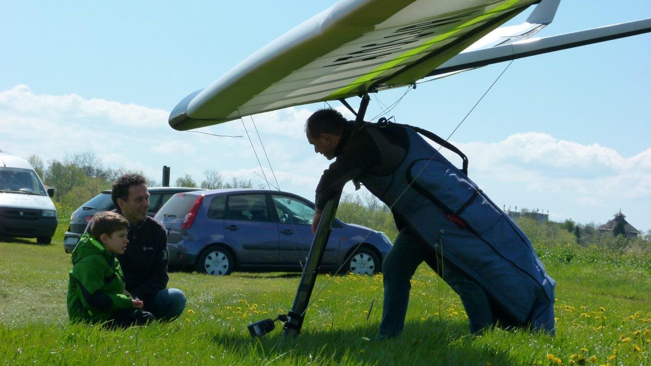 Drachenflieger während der Vorbereitung auf den Windenschlepp auf dem Flugplatz Görlitz.