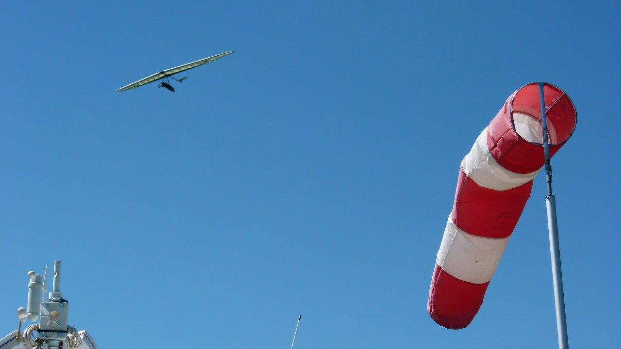 Ein Drachenflieger auf Thermiksuche über dem Flugplatz Görlitz.