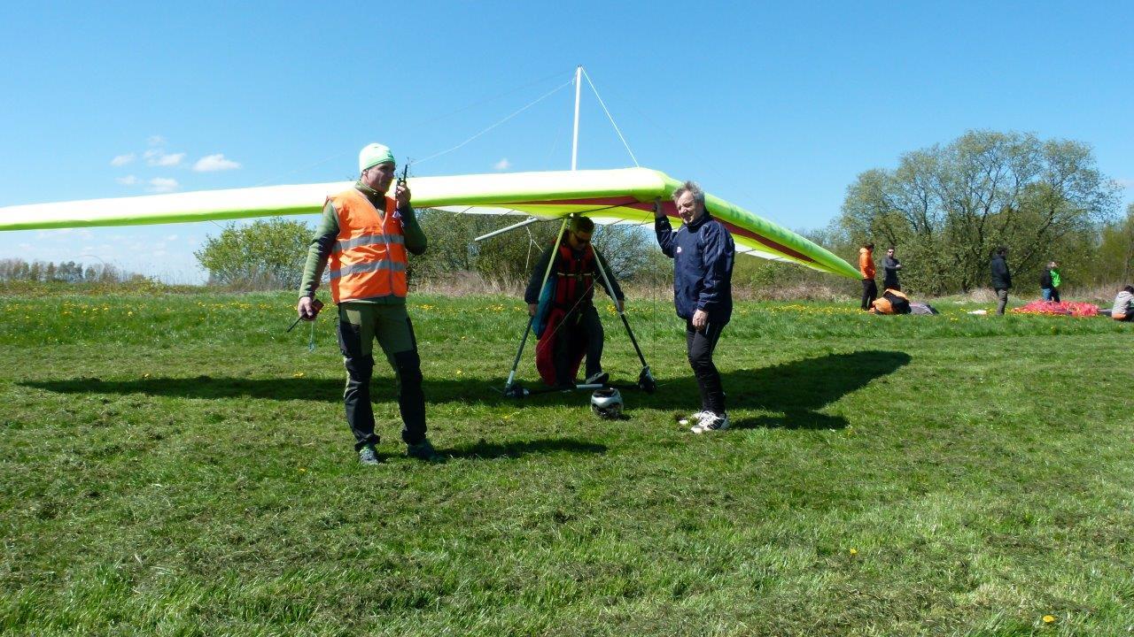 Drachenflieger während der letzten Startvorbereitung auf dem Flugplatz Görlitz.